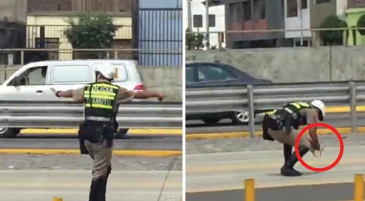 Iets midden op straat weet de aandacht van deze politieagent te trekken: zijn interventie is van cruciaal belang!