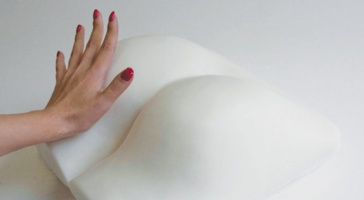 Cette lampe a la forme d'un derrière: comment elle s'allume? Comme vous l'imaginez!