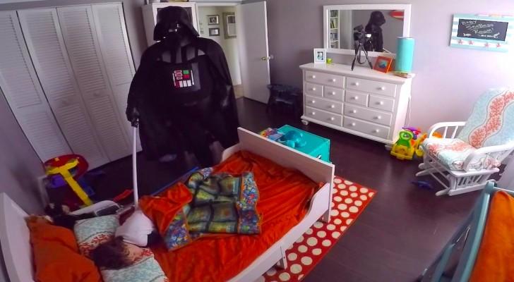 Hij maakt zijn zoon wakker verkleed als Darth Vader, de reactie van het kind is hilarisch!