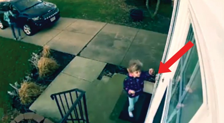 Dieses Mädchen hat es eilig ins Haus zu kommen, aber sie hat nicht mit so einem WIND gerechnet