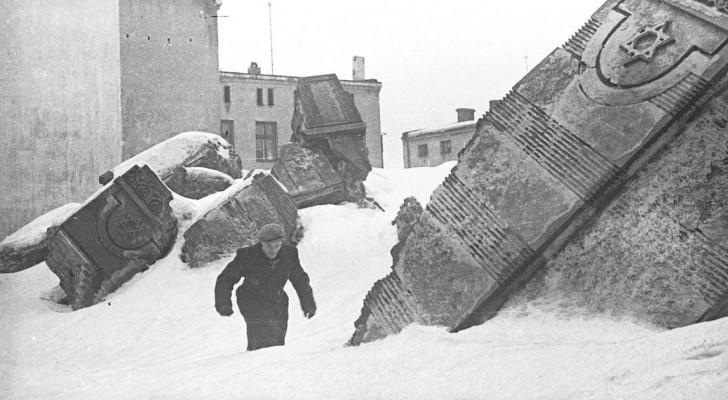 Alcuni tra i 6000 negativi che un fotografo ebreo sotterrò per metterli al sicuro dai nazisti