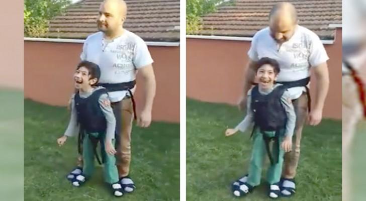 Le papa montre à son fils paralysé le plaisir d'une promenade: l'émotion est forte