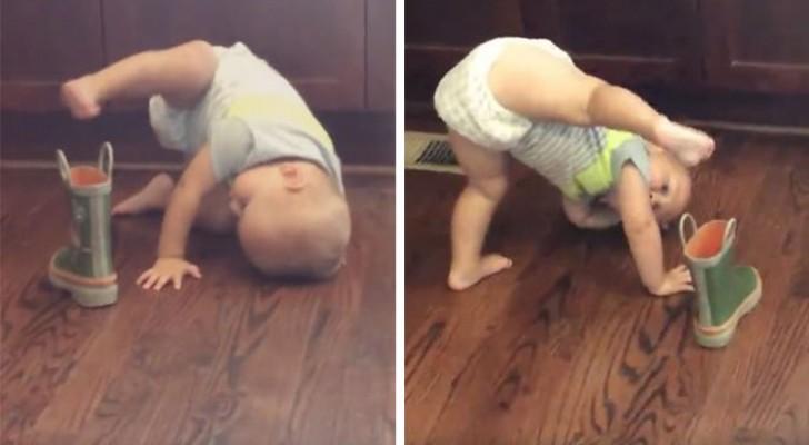 Uma criança tenta calçar uma bota... mas parece que vai ser difícil...