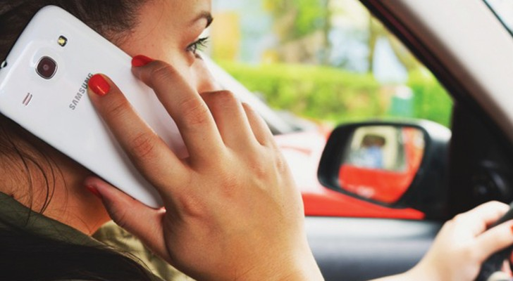 Tutto cambia per chi sbircia il cellulare alla guida: da Maggio arriva la sospensione immediata della patente