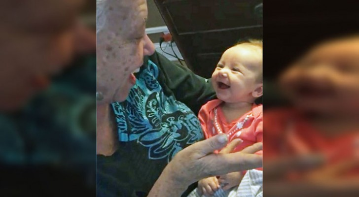 Une grand-mère non-entendante apprend à sa petite-fille le langue des signes: la conversation n'a pas de prix
