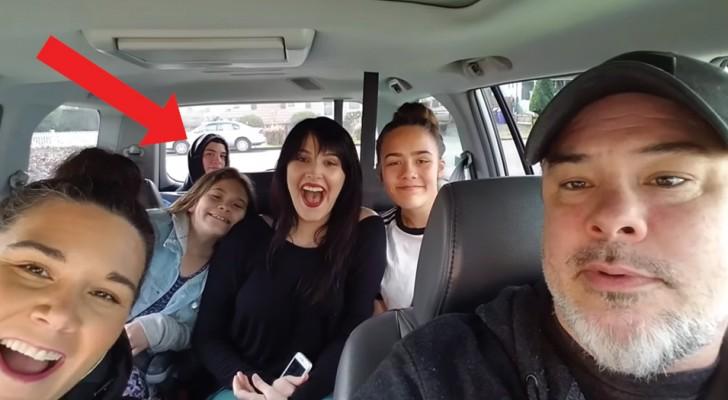 Il papà si fa un selfie con le figlie ma... qualcuno appare dal sedile posteriore!