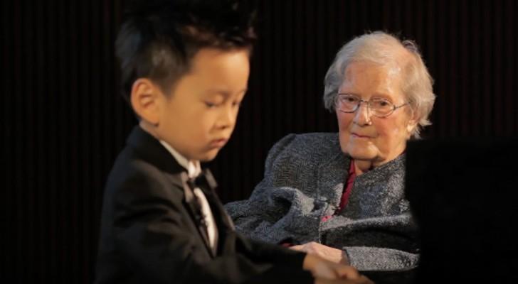 Un bambino prodigio di 5 anni si esibisce al pianoforte per una signora di 103 anni