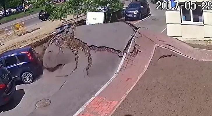 Esplode una tubatura dell'acqua nel sottosuolo: l'effetto in superficie è devastante