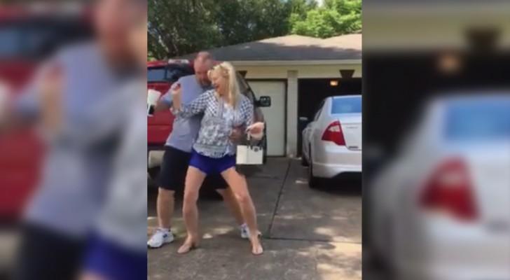 Les parents embarrassent leur fille en dansant dans la rue d'une manière... déchaînée