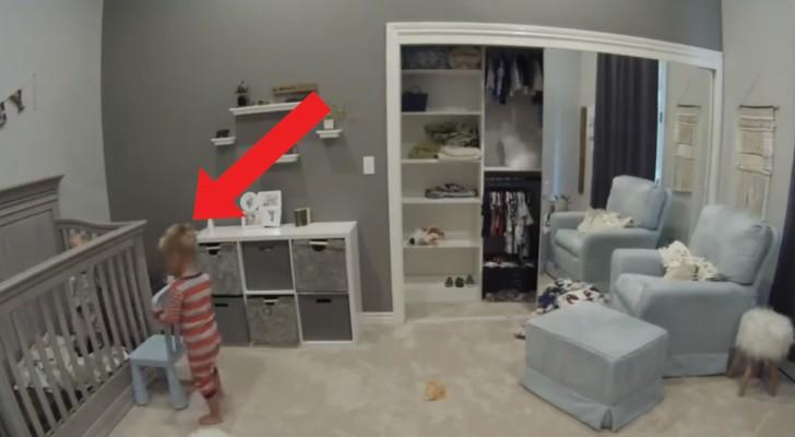Il bambino aiuta il fratello di 1 anno a scappare dal lettino... Per giocare insieme