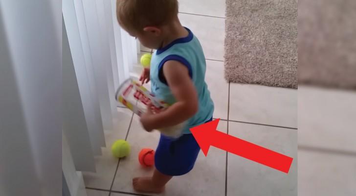 O bebê quer guardar as bolinhas de tênis mas... tem alguma coisa errada...