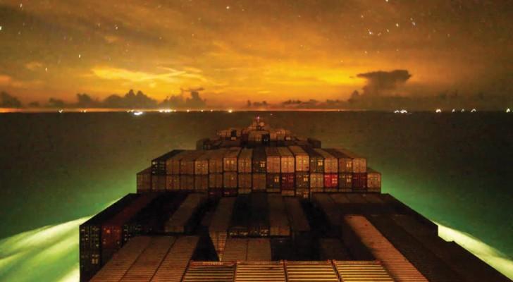 L'incantevole timelapse della nave da container che viaggia intorno al mondo