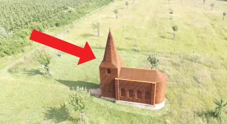 De loin, on dirait une église commune, mais quand la perspective change, elle révèle son