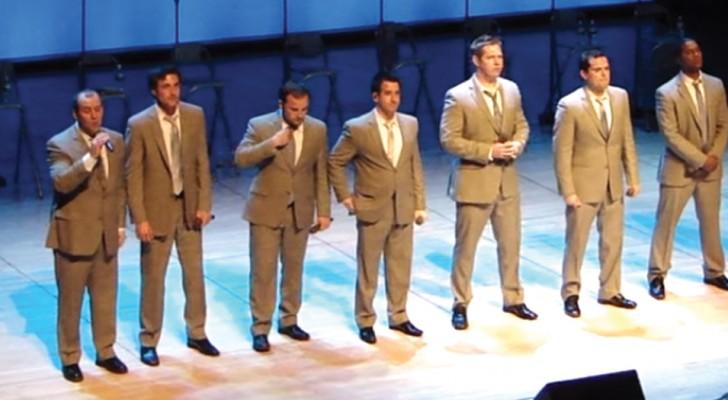 10 Männer singen einen Klassiker: sobald sie mit ihrem Tanz anfangen, erobern sie endgültig das Publikum