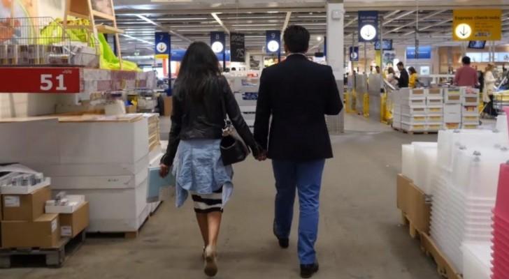 Una coppia passeggia all'Ikea: la donna non ha la minima idea di quello che le sta per accadere
