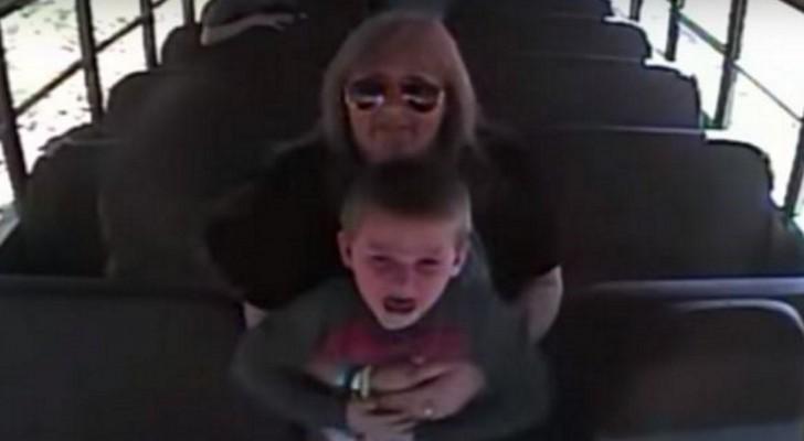 De videobeelden in een bus tonen een vrouw met een angstig kind: de rillingen lopen over je rug