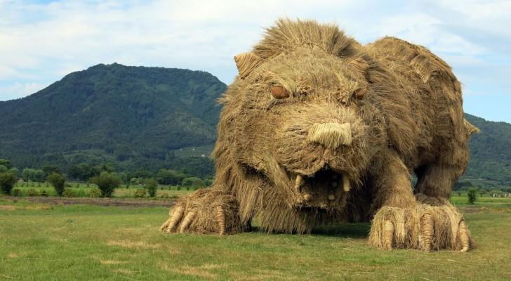 Des animaux géants en paille ont envahi des champs au Japon, après la récolte du riz
