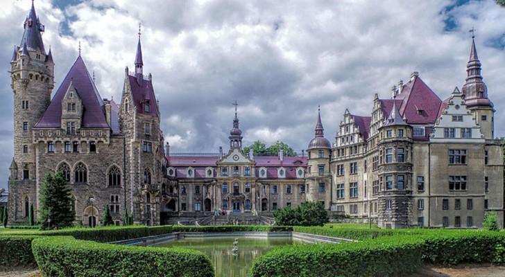 Il Castello di Moszna possiede 99 torri e 365 stanze ed è considerato tra gli edifici più belli d'Europa