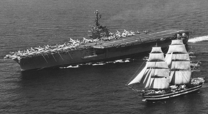 Nel 1962 una portaerei USA incrociò l'Amerigo Vespucci e compì un gesto entrato nella storia