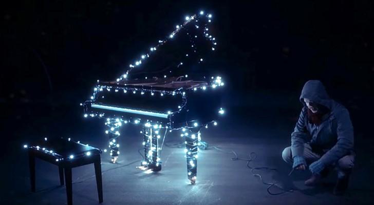 Un uomo collega al pianoforte 500.000 luci di Natale e crea uno spettacolo magico