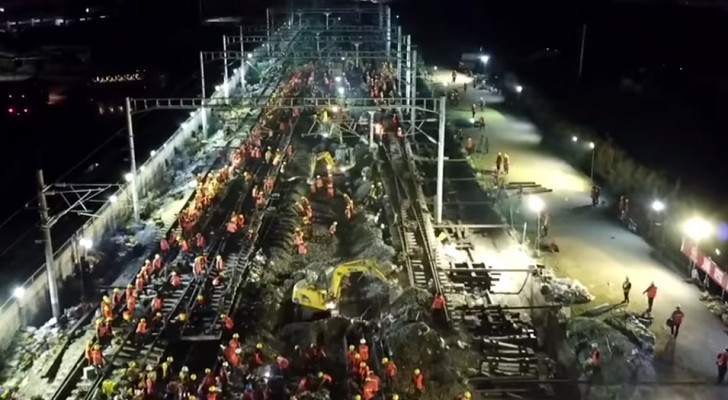 1500 Chinese workers laid the railway line for a new train station in only 9 hours!