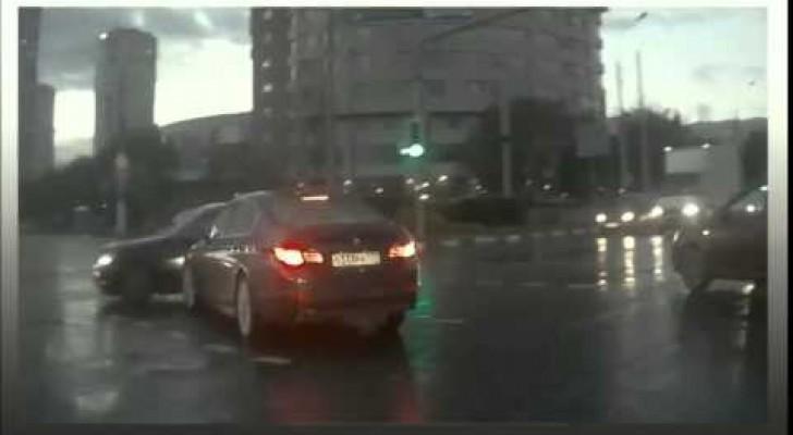Während dieses Auto die Kreuzung überquert, geschieht etwas unerklärliches