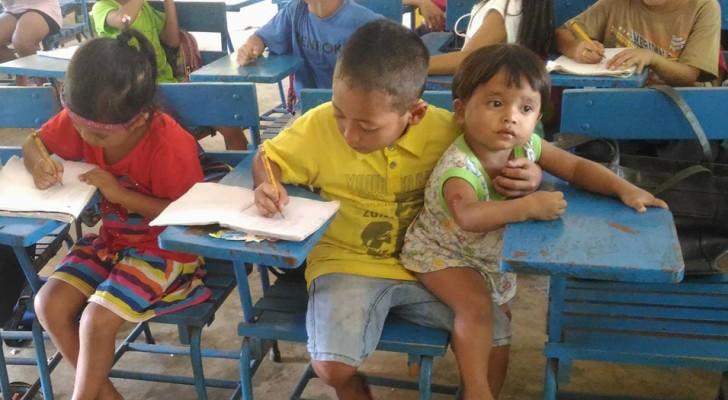 Il emmène sa petite sœur avec lui pour ne pas s'absenter de l'école: leur photo touche le cœur de millers de personnes
