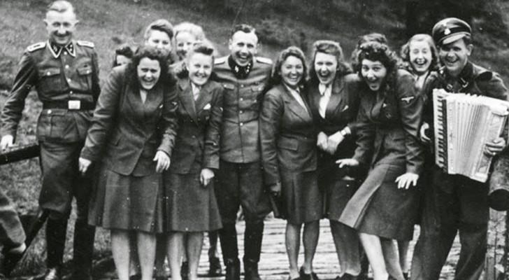 Deze zeldzame foto's tonen het leven van de SS in de concentratiekampen, waar gelachen en plezier wordt gemaakt