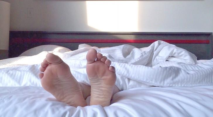 Rimanere a dormire dopo lo squillo della sveglia è segno di intelligenza: lo dicono gli scienziati