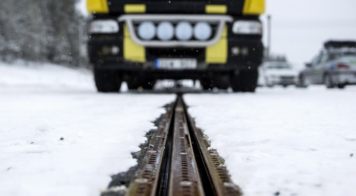 In Zweden wordt de eerste weg in gebruik genomen die auto's oplaadt als ze eroverheen rijden