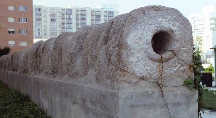 Aus dem Sand eines berühmten Strandes in Südspanien kommt ein 2000 Jahre altes römisches Aquädukt hervor