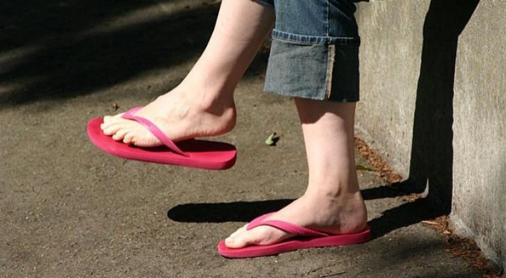 Porter trop souvent des tongs expose le pied à plusieurs risques : les voici.
