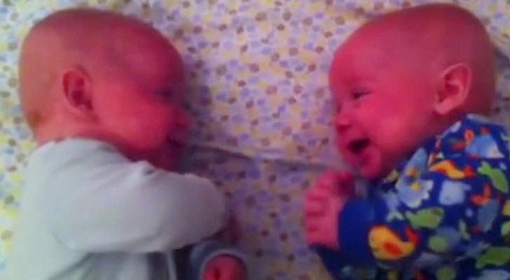 Una mamma inizia a filmare i suoi gemellini... ascoltate la loro conversazione!