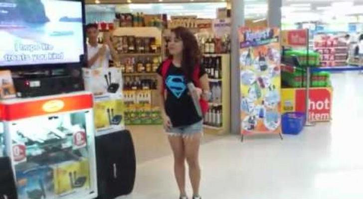 Lo straordinario Karaoke al supermercato