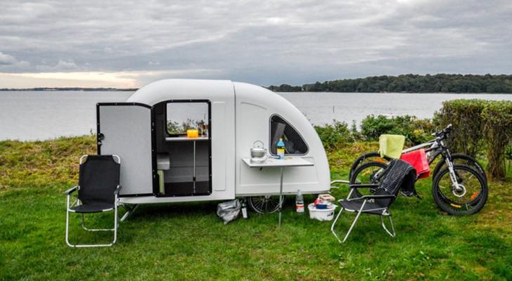 Ce micro camping-car a deux couchages et se transporte attaché à un vélo