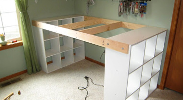 Combine 3 IKEA shelves ... and get a spacious and economical desk!