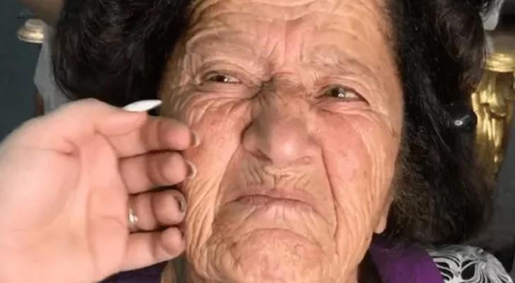 Een bekwame visagiste begint haar oma op te maken: wanneer ze klaar is, lijkt de vrouw 40 jaar jonger