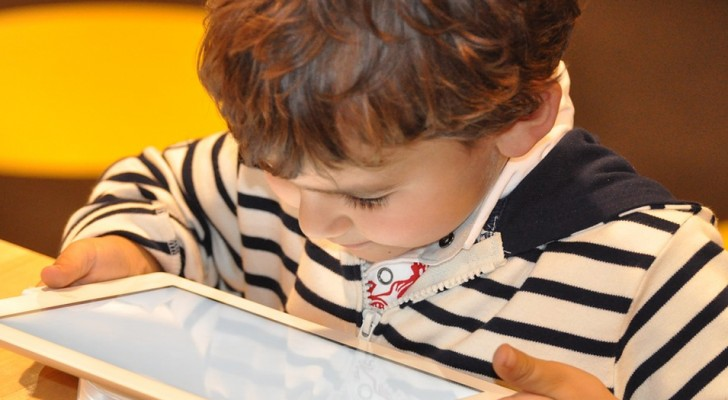 Se calmi tuo figlio con tablet e smartphone devi sapere quali danni causano