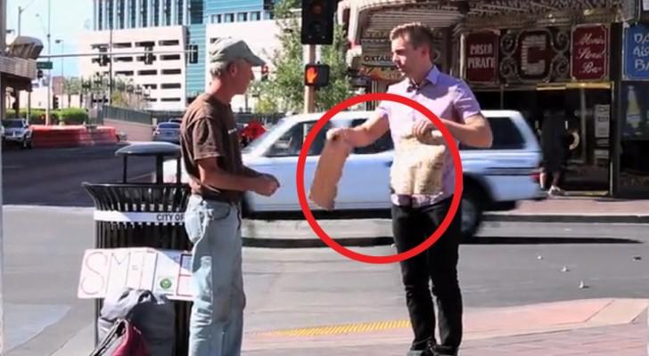 Un jeune homme déchire sa pancarte, mais le sans-abri n'a aucune idée de la surprise qu'il est sur le point de recevoir.