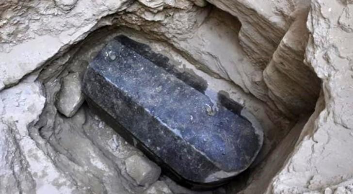 Vi ricordate il sarcofago di granito nero scoperto ad Alessandria? Gli archeologi lo hanno aperto