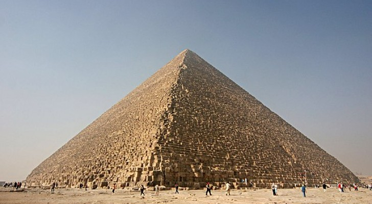 De grote piramide van gizeh verzamelt elektromagnetische energie in zijn kamers