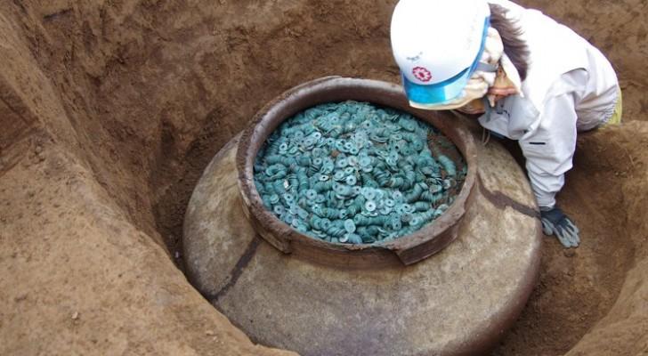 Scoperta in Giappone un'enorme giara contenente 200.000 monete appartenute ai samurai