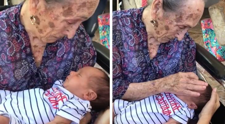 Une grand-mère de 98 ans voit son arrière-petite-fille pour la première fois... cette rencontre va vous émouvoir...