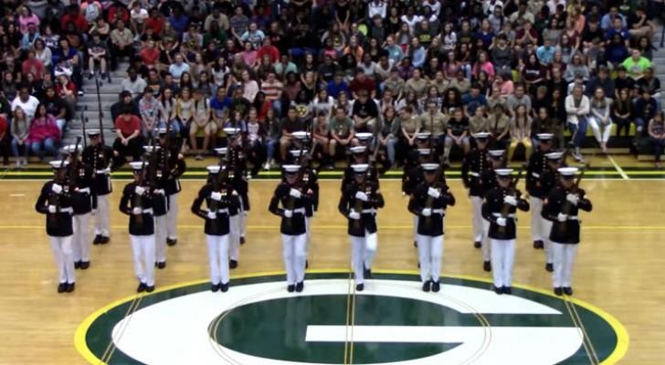 24 Marines eseguono una sbalorditiva esibizione lasciando tutti gli studenti col fiato sospeso