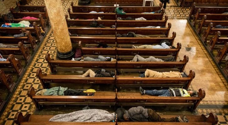 Deze kerk biedt elke nacht onderdak aan 250 daklozen om te voorkomen dat ze op straat slapen