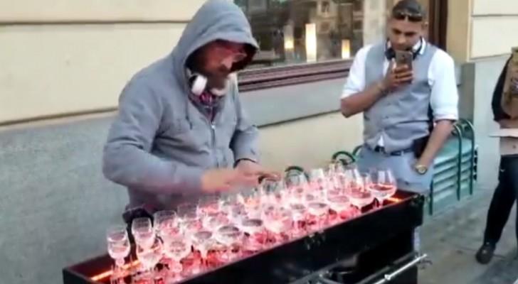 Un artista di strada esegue un famoso brano classico... e i passanti non possono che rimanere estasiati