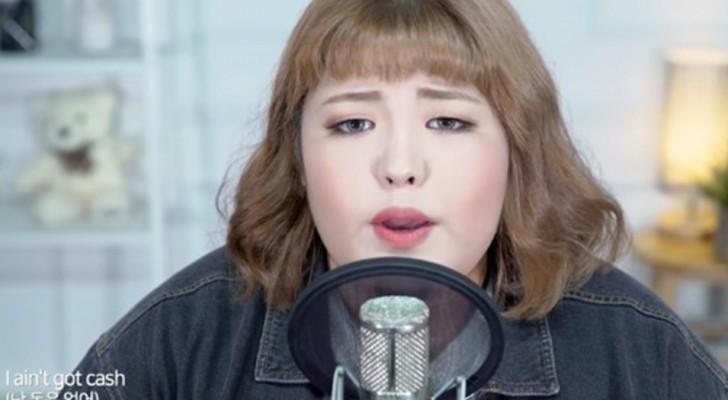 Questa ragazza canta un famoso brano pop: la sua voce è particolare almeno quanto il suo aspetto