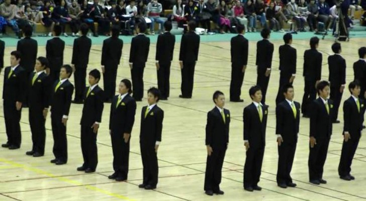 This performance of Japanese synchronized walking is so perfect that you will remain mesmerized
