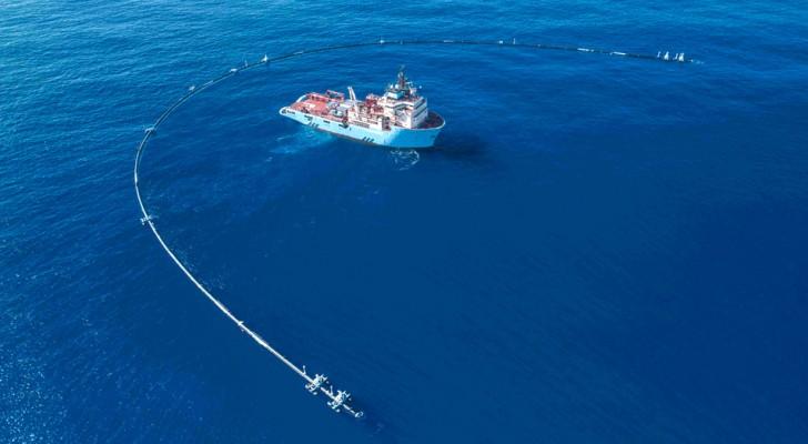 De tests met het oceaanschoonmaaksysteem zijn zojuist afgerond en is het al op weg richting het Plasticeiland in de Stille Oceaan
