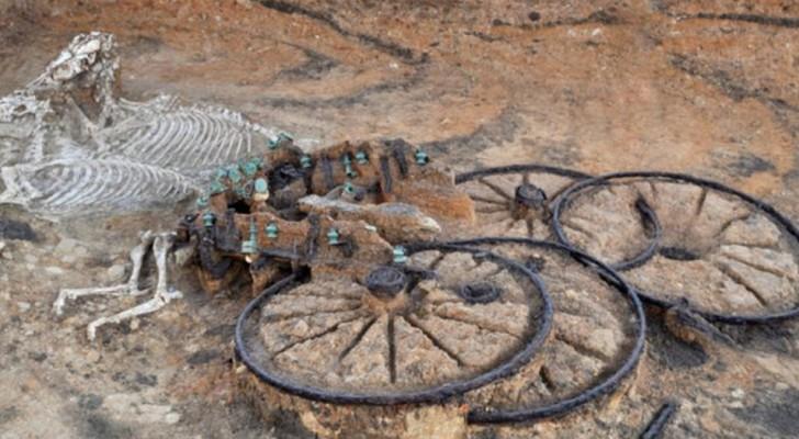 Die Bulldozer einer Baustelle bringen einen Wagen aus der Eisenzeit mit Pferden ans Tageslicht.